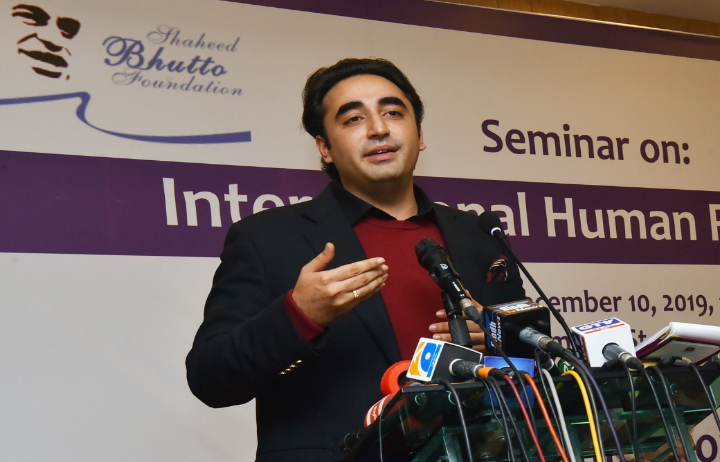 پاکستان پیپلزپارٹی کے چیئرمین بلاول بھٹو زرداری نے کہا ہے کہ پاکستان مسلم لیگ(ن) نے آرمی ایکٹ ترمیمی بل پر حکومتی غیرمشروط حمایت کا اعلان کیا ہے
