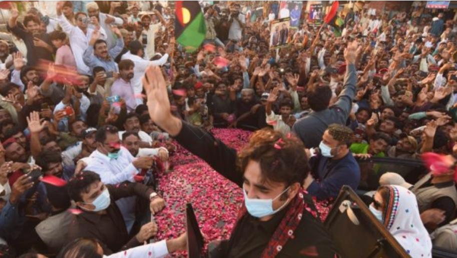 وزیراعظم عمران خان سانگھڑ اور میرپورخاص سمیت سندھ کے تمام بارش و سیلاب متاثر علاقوں کے دورے پر آئیں، آکر دیکھیں کہ قدرتی آفت کے باعث یہاں کتنا شدید نقصان ہوا ہے۔ چیئرمین پاکستان پیپلز پارٹی بلاول بھٹو زرداری